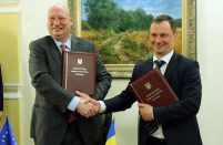 Head of Ukraine's State Aviation Service Olexander Bilchuk (right) and EC Director-General for Mobility and Transport Henrik Hololei signed a rapprochement agreement
