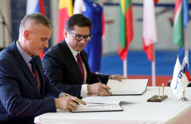 Anton Borisevich (right), GTLK's first deputy chief executive, signs a lease contract with Naryan-Mar United Aviation Squadron